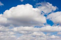 Blauwe hemel met pluizige wolkenachtergrond Royalty-vrije Stock Fotografie