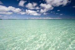Blauwe hemel met turkoois water Royalty-vrije Stock Afbeelding