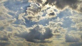 Blauwe hemel met veel wolken timelapse Mooie avond bewolkte hemel stock video
