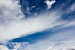 Blauwe hemel met veerwolken Royalty-vrije Stock Afbeeldingen