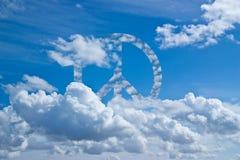 Blauwe hemel met vredeswolken royalty-vrije stock afbeelding