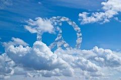 Blauwe hemel met vredeswolken stock fotografie
