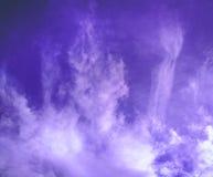 Blauwe hemel met wispy wolken Stock Afbeelding
