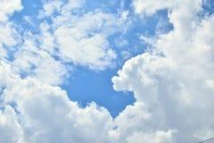 Blauwe hemel met witte pluizige wolken Stock Afbeelding