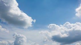 Blauwe hemel met witte wolk stock videobeelden