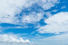 Blauwe hemel met witte wolk Stock Foto's