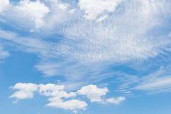 Blauwe hemel met witte wolk Stock Afbeeldingen