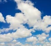 Blauwe hemel met witte wolk Stock Foto