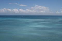 Blauwe hemel met witte wolk en oceaan Stock Foto
