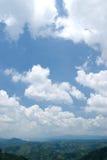 Blauwe hemel met witte wolk in zonnige dag Royalty-vrije Stock Fotografie