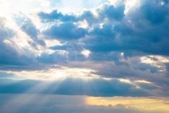 Blauwe hemel met witte wolken Stock Afbeeldingen