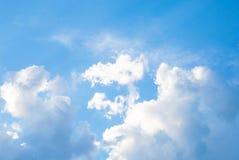 Blauwe hemel met witte wolken stock foto