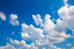 Blauwe hemel met witte wolken stock foto's
