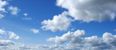 Blauwe hemel met witte wolken royalty-vrije stock foto's