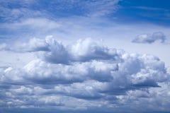 Blauwe hemel met witte wolken Stock Afbeelding