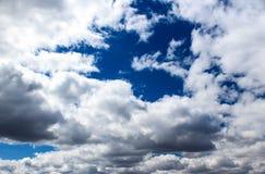 Blauwe hemel met witte wolken Royalty-vrije Stock Afbeeldingen