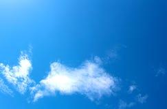 Blauwe hemel met witte wolken Royalty-vrije Stock Foto