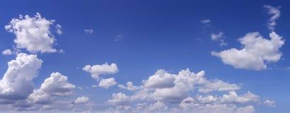 Blauwe hemel met witte wolken als achtergrond Royalty-vrije Stock Fotografie