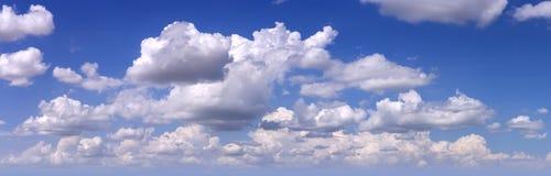 Blauwe hemel met witte wolken als achtergrond Royalty-vrije Stock Afbeeldingen