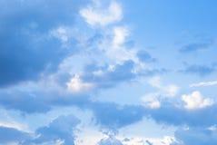 Blauwe hemel met witte wolken bewolkt Stock Fotografie