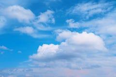 Blauwe hemel met witte wolken De achtergrond van de aard milieu Royalty-vrije Stock Foto