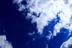 Blauwe hemel met witte wolken die de zon blokkeren stock foto's