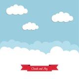 Blauwe hemel met witte wolken en een rood lint Stock Fotografie