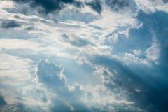 Blauwe hemel met witte wolken en krullende donkere regenwolken De achtergrond van de hemel Stock Foto