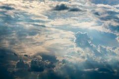 Blauwe hemel met witte wolken en krullende donkere regenwolken De achtergrond van de hemel Stock Afbeelding