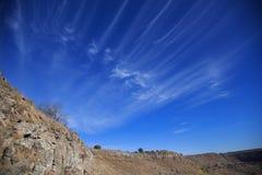 Blauwe hemel met witte wolken Gevormde ventilatorwolken royalty-vrije stock afbeelding