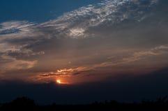 Blauwe hemel met witte wolken op zonsondergang Vele kleine witte wolken die tot een rustig weerpatroon op de blauwe achtergrond l Stock Afbeeldingen