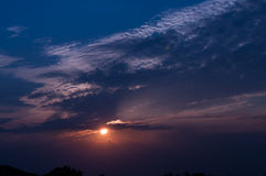 Blauwe hemel met witte wolken op zonsondergang Vele kleine witte wolken die tot een rustig weerpatroon op de blauwe achtergrond l Stock Fotografie