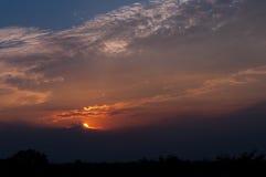 Blauwe hemel met witte wolken op zonsondergang Vele kleine witte wolken die tot een rustig weerpatroon op de blauwe achtergrond l royalty-vrije stock afbeeldingen