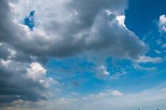 Blauwe hemel met witte wolken op zonsondergang Vele kleine witte wolken die tot een rustig weerpatroon op de blauwe achtergrond l Royalty-vrije Stock Fotografie