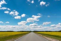 Blauwe hemel met witte wolken over de weg Royalty-vrije Stock Foto