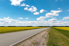 Blauwe hemel met witte wolken over de weg Stock Afbeelding