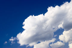 Blauwe hemel met witte wolkenachtergrond. Sho van de ochtend stock fotografie