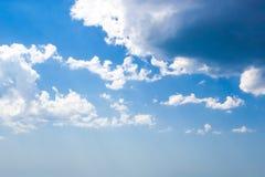 Blauwe hemel met witte wolkenachtergrond stock afbeelding