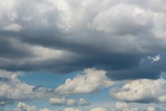 Blauwe hemel met witte wolkenachtergrond stock afbeeldingen