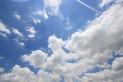 Blauwe hemel met witte wolkenachtergronden Royalty-vrije Stock Fotografie