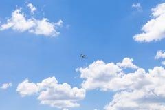 Blauwe hemel met wolk en vliegtuigen Stock Foto