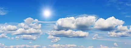 Blauwe hemel met wolk en zon royalty-vrije stock foto