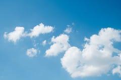 Blauwe hemel met wolk op achtergrond Stock Afbeelding