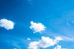 Blauwe hemel met wolk op dagtijd Royalty-vrije Stock Foto's