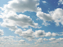 Blauwe hemel met wolken Stock Afbeeldingen