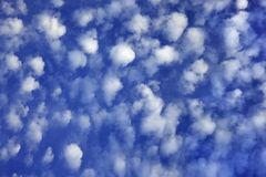 Blauwe hemel met wolken. stock afbeeldingen