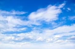 Blauwe hemel met wolken Royalty-vrije Stock Afbeeldingen