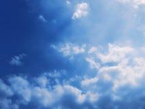 Blauwe Hemel met Wolken Achtergrond Royalty-vrije Stock Foto's