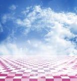 Blauwe hemel met wolken die in de roze abstracte vloer van het fantasieschaakbord worden weerspiegeld Royalty-vrije Stock Foto's