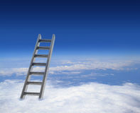 Blauwe hemel met wolken en ladder royalty-vrije stock fotografie